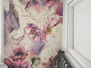 Łazienka minimalistyczna, z tapetą