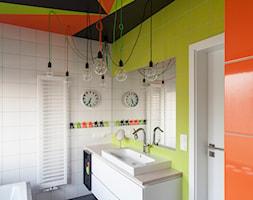 ŁAZIENKA_dla_P - Średnia biała żółta łazienka w domu jednorodzinnym z oknem, styl nowoczesny - zdjęcie od DOLAŃSKA WNĘTRZA