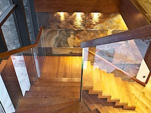 ST878 Nowoczesne schody dywanowe z szklaną balustradą - zdjęcie od Trąbczyński
