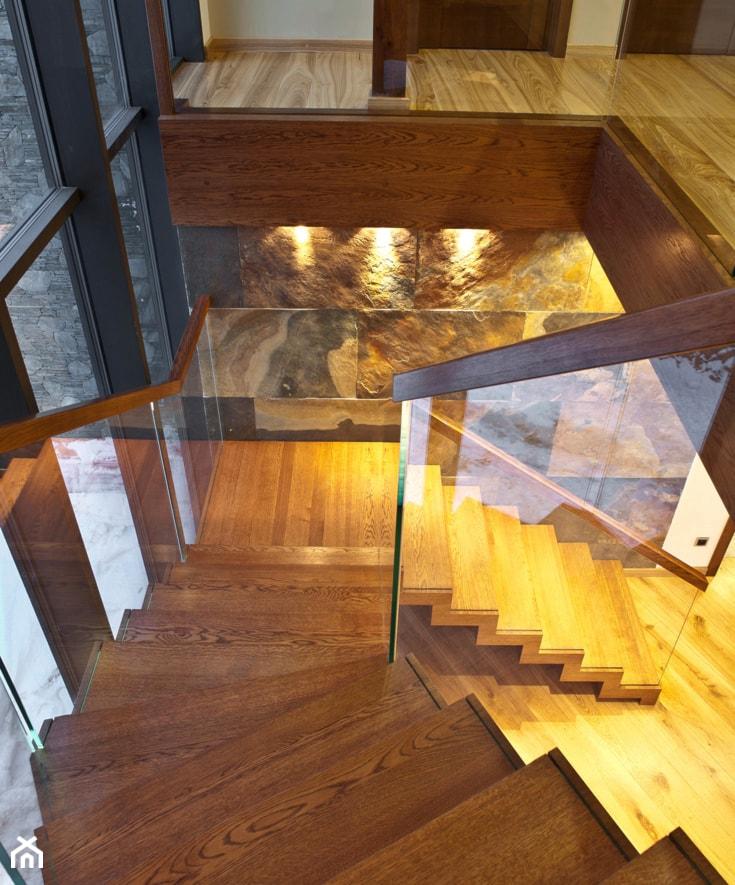 Aranżacje wnętrz - Schody: ST878 Nowoczesne schody dywanowe z szklaną balustradą - Trąbczyński. Przeglądaj, dodawaj i zapisuj najlepsze zdjęcia, pomysły i inspiracje designerskie. W bazie mamy już prawie milion fotografii!