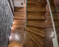 schody z drewna egzotycznego - zdjęcie od schody-dywanowe.com