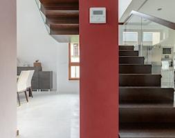 NOWOCZESNE SCHODY DYWANOWE Z SZKLANĄ BALUSTRADĄ - zdjęcie od schody-dywanowe.com