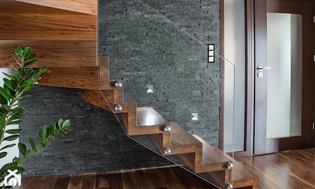 nowoczesne schody drewniane z przeszkloną balustradą
