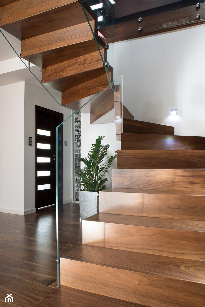 schody drewniane - orzech amerykański - zdjęcie od schody-dywanowe.com