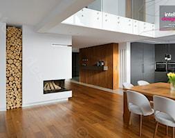 Dom na Podhalu - Mały biały salon z kuchnią z jadalnią, styl minimalistyczny - zdjęcie od Intellio designers projekty wnętrz - Homebook