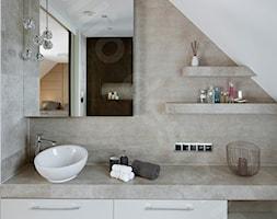 Dom na Podhalu - Mała biała szara łazienka na poddaszu w domu jednorodzinnym bez okna, styl glamour - zdjęcie od Intellio designers projekty wnętrz - Homebook