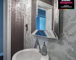 Rezydencja - projekt i aranżacja wnętrz - Mała brązowa kolorowa łazienka, styl glamour - zdjęcie od Intellio designers projekty wnętrz