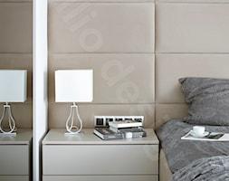 Dom na Podhalu - Mała biała szara sypialnia małżeńska, styl nowoczesny - zdjęcie od Intellio designers projekty wnętrz - Homebook