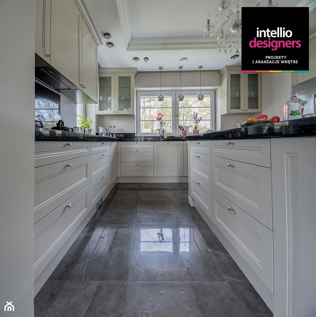 Willa - Duża zamknięta beżowa kuchnia w kształcie litery u, styl klasyczny - zdjęcie od Intellio designers projekty wnętrz - Homebook
