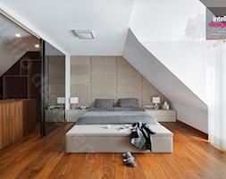 Dom na Podhalu - Duża beżowa biała sypialnia małżeńska na poddaszu z łazienką, styl nowoczesny - zdjęcie od Intellio designers projekty wnętrz - Homebook