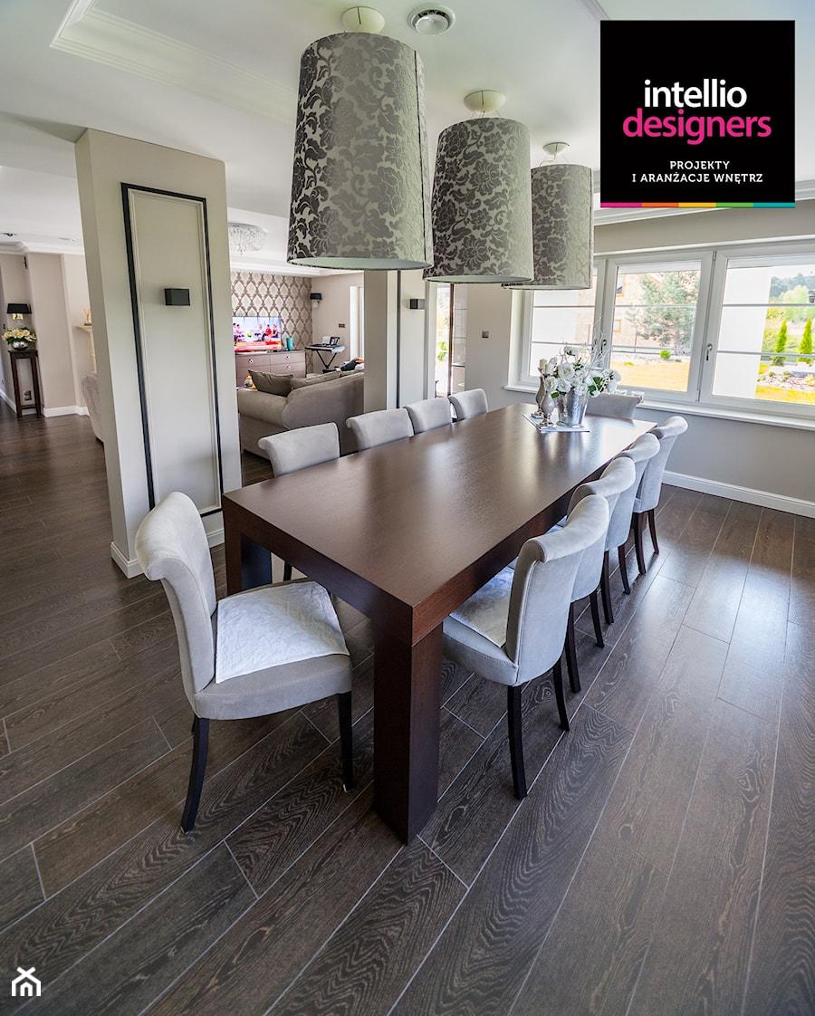 Willa - Duża otwarta szara jadalnia jako osobne pomieszczenie, styl klasyczny - zdjęcie od Intellio designers projekty wnętrz