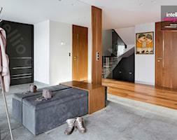 Dom na Podhalu - Średni biały czarny hol / przedpokój, styl glamour - zdjęcie od Intellio designers projekty wnętrz - Homebook