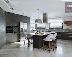 Dom na Podhalu - Duża otwarta biała kuchnia w kształcie litery u w aneksie z wyspą z oknem, styl no ... - zdjęcie od Intellio designers projekty wnętrz - Homebook