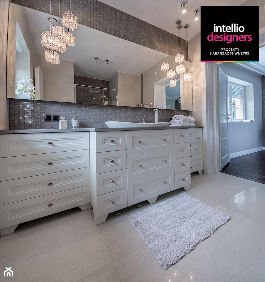 Willa - Średnia beżowa łazienka w domu jednorodzinnym z oknem, styl klasyczny - zdjęcie od Intellio designers projekty wnętrz
