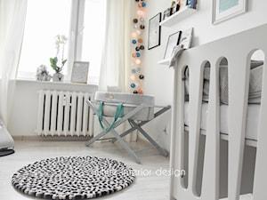 pokój niemowlęcy - Średni biały pokój dziecka dla chłopca dla dziewczynki dla niemowlaka - zdjęcie od white interior design