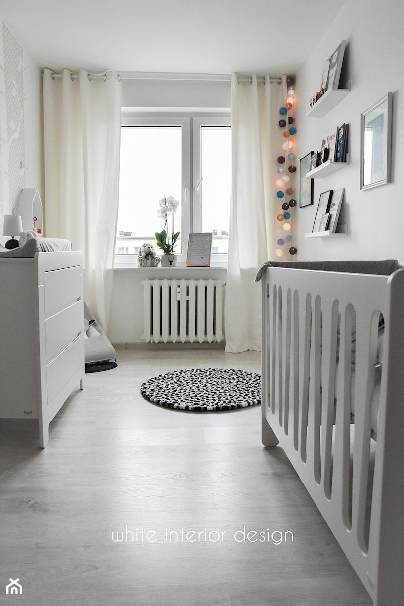 Aranżacje wnętrz - Pokój dziecka: pokój niemowlęcy - Mały biały pokój dziecka dla chłopca dla dziewczynki dla niemowlaka - white interior design. Przeglądaj, dodawaj i zapisuj najlepsze zdjęcia, pomysły i inspiracje designerskie. W bazie mamy już prawie milion fotografii!
