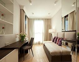 Projekt wnętrz Kolejowa - Średnie beżowe biuro domowe kącik do pracy w pokoju, styl glamour - zdjęcie od MKdezere