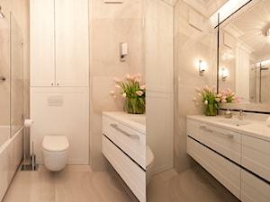 Projekt wnętrz Kolejowa - Mała biała beżowa łazienka na poddaszu w bloku w domu jednorodzinnym bez okna, styl glamour - zdjęcie od MKdezere