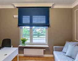 Kolorowa realizacja mieszkania. - Średnie beżowe biuro domowe kącik do pracy w pokoju, styl nowoczesny - zdjęcie od MKdezere