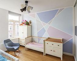 Dom w Holandii - Średni biały różowy niebieski pokój dziecka dla chłopca dla dziewczynki dla rodzeństwa dla niemowlaka, styl skandynawski - zdjęcie od Pogotowie Wnętrzarskie