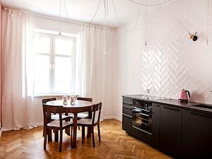 Kraków, Kraszewskiego - Średnia zamknięta biała różowa kuchnia jednorzędowa z oknem, styl vintage - zdjęcie od Pogotowie Wnętrzarskie