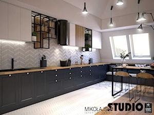 Apartament na strychu - Duża otwarta biała szara kuchnia w kształcie litery l z oknem, styl industrialny - zdjęcie od MIKOŁAJSKAstudio