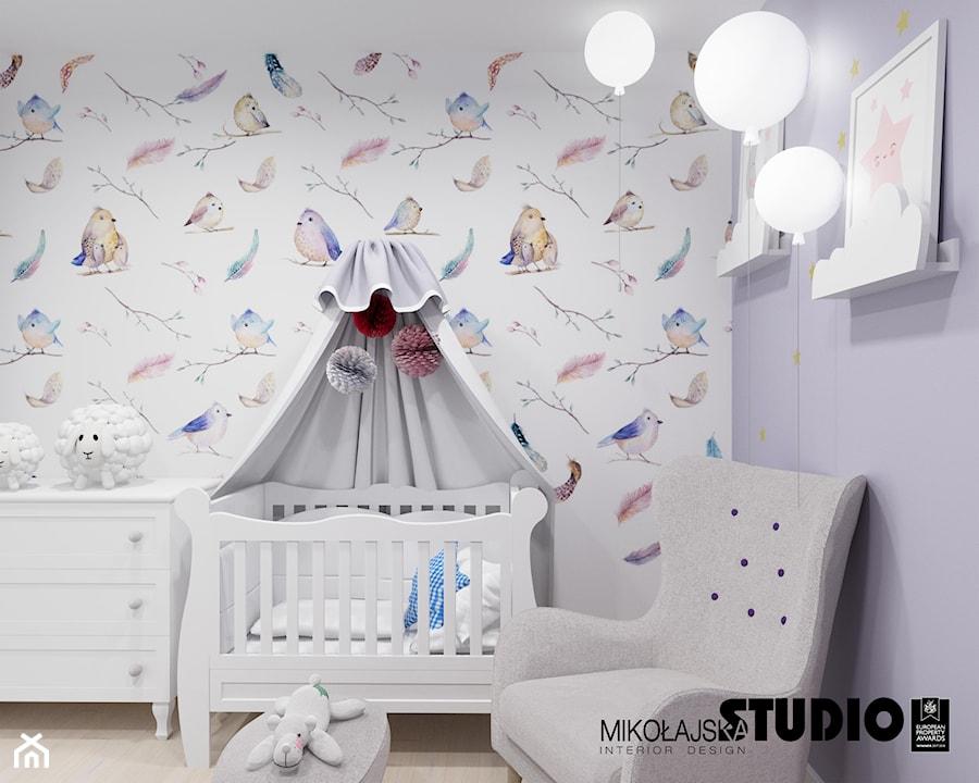 Aranżacje wnętrz - Pokój dziecka: romantyczna tapeta w pokoju dziecięcym - MIKOŁAJSKAstudio. Przeglądaj, dodawaj i zapisuj najlepsze zdjęcia, pomysły i inspiracje designerskie. W bazie mamy już prawie milion fotografii!