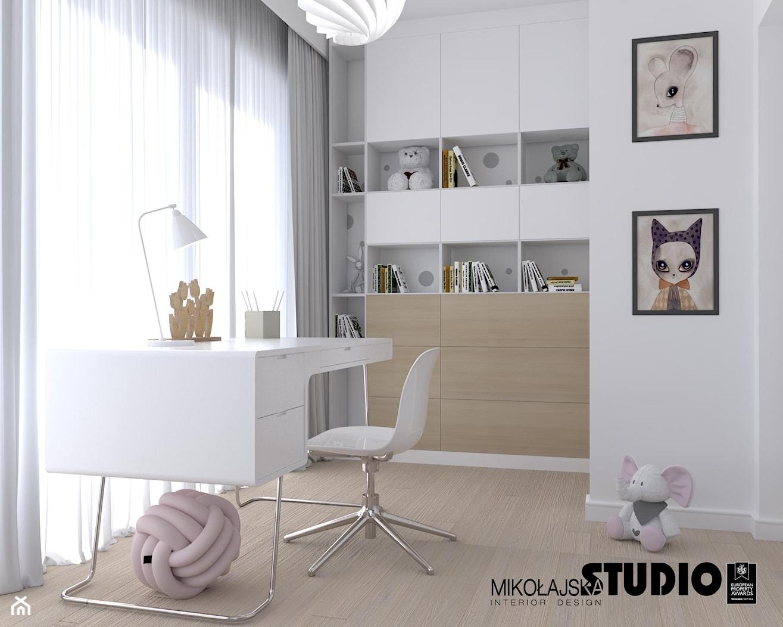białe biurko i ciekawa zabudowa w pokoju dziecięcym - zdjęcie od MIKOŁAJSKAstudio - Homebook