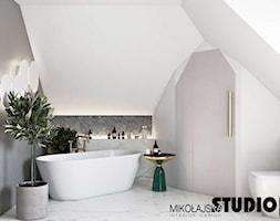 Szykowne wnętrze nad Baranówką - Mała biała szara zielona łazienka na poddaszu z oknem, styl nowoczesny - zdjęcie od MIKOŁAJSKAstudio