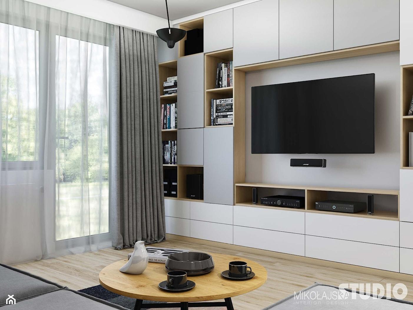 jasnoszary salon-drewniane akcenty - zdjęcie od MIKOŁAJSKAstudio - Homebook