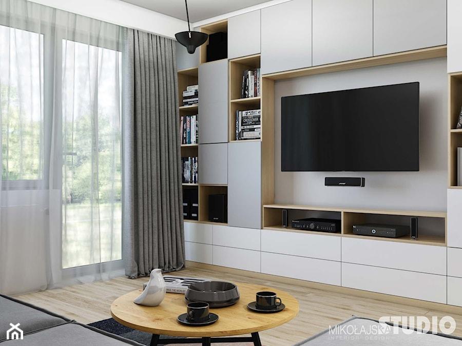 jasnoszary salon-drewniane akcenty - zdjęcie od MIKOŁAJSKAstudio