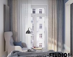 Kompaktowo w Warszawie - Mała biała niebieska sypialnia małżeńska, styl nowoczesny - zdjęcie od MIKOŁAJSKAstudio