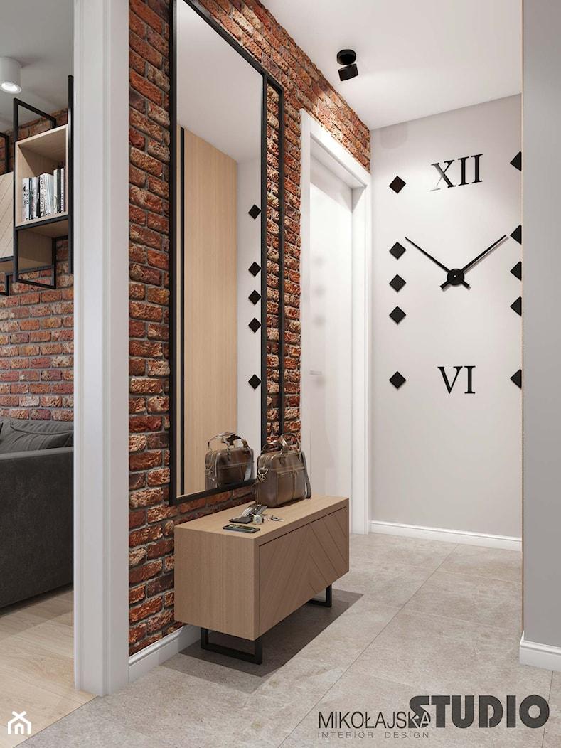 soft loft-jasnoszary przedpokój, ściana z cegły - zdjęcie od MIKOŁAJSKAstudio - Homebook