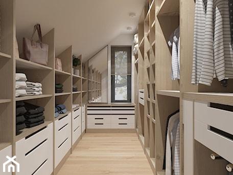Aranżacje wnętrz - Garderoba: garderoba w drewnie - MIKOŁAJSKAstudio. Przeglądaj, dodawaj i zapisuj najlepsze zdjęcia, pomysły i inspiracje designerskie. W bazie mamy już prawie milion fotografii!