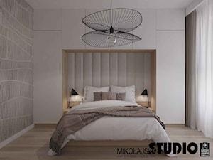 W bieli - Mała szara sypialnia małżeńska, styl nowoczesny - zdjęcie od MIKOŁAJSKAstudio