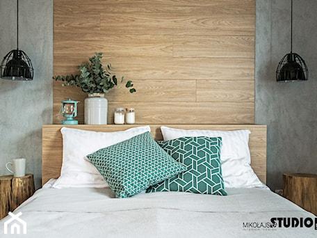 Aranżacje wnętrz - Sypialnia: Sypialnia z pięknym, drewnianym zagłówkiem - MIKOŁAJSKAstudio. Przeglądaj, dodawaj i zapisuj najlepsze zdjęcia, pomysły i inspiracje designerskie. W bazie mamy już prawie milion fotografii!