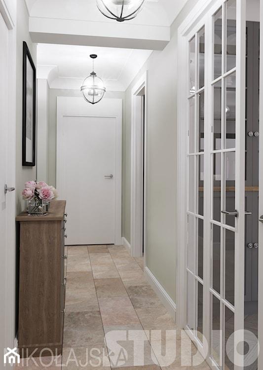 wąski korytarz białymi drzwiami