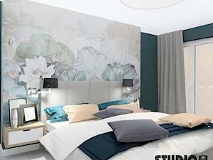 sypialnia z florystyczną tapetą - zdjęcie od MIKOŁAJSKAstudio