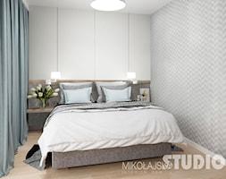 sypialnia-jasna-szara-tapeta-w-sypialni-drewno-b%C5%82%C4%99kit-pastele-pastalowa+-+zdj%C4%99cie+od+MIKO%C5%81AJSKAstudio