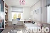 szara roleta rzymska w pokoju dziecka, tapeta w biało-szare pasy, białe biurko, biały fotel obrotowy