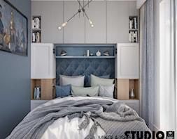 Kompaktowo w Warszawie - Mała niebieska sypialnia małżeńska, styl nowoczesny - zdjęcie od MIKOŁAJSKAstudio