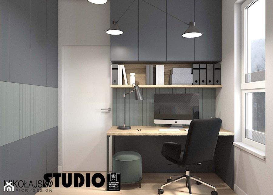 Z ODROBINĄ ZIELENI - Małe zielone białe biuro kącik do pracy w pokoju, styl nowoczesny - zdjęcie od MIKOŁAJSKAstudio