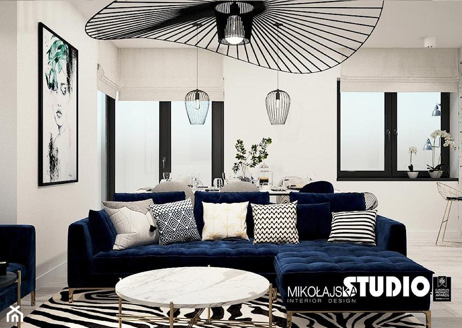 niebieska kanapa w salonie - zdjęcie od MIKOŁAJSKAstudio