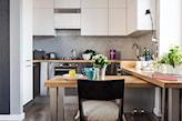 stół jak blat do niewielkiej kuchni otwartej na salon