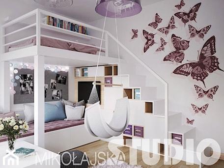Aranżacje wnętrz - Pokój dziecka: Pokój dla dziewczynki z antresolą - MIKOŁAJSKAstudio. Przeglądaj, dodawaj i zapisuj najlepsze zdjęcia, pomysły i inspiracje designerskie. W bazie mamy już prawie milion fotografii!