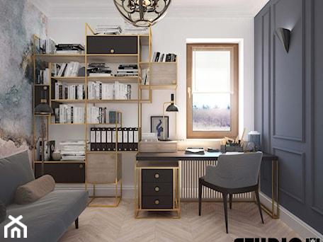 Aranżacje wnętrz - Biuro: gabinet ze złotymi elementami - MIKOŁAJSKAstudio. Przeglądaj, dodawaj i zapisuj najlepsze zdjęcia, pomysły i inspiracje designerskie. W bazie mamy już prawie milion fotografii!