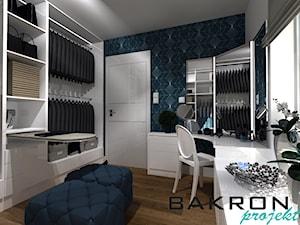 dom w Chojnie - Średnia zamknięta garderoba z oknem oddzielne pomieszczenie, styl nowoczesny - zdjęcie od BAKRON PROJEKT