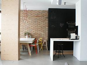 LOFT W WILANOWIE - Średnia otwarta biała czarna szara jadalnia w kuchni, styl industrialny - zdjęcie od t design