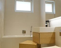 Tam Tam - Mała beżowa łazienka na poddaszu w bloku w domu jednorodzinnym z oknem, styl nowoczesny - zdjęcie od t design