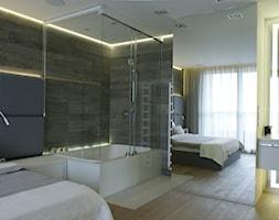 130m2 - żoliborz - Duża biała sypialnia małżeńska z łazienką, styl skandynawski - zdjęcie od t design - Homebook